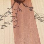 tisch aus mahagoni und abachi mit blütenschatten