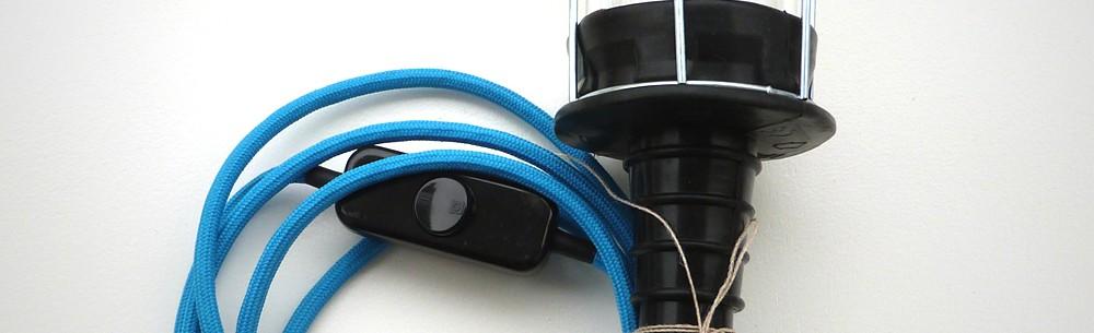 designerlampe mit blauem kabel