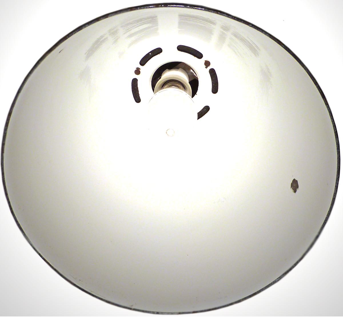 emaille reflektor einer fabriklampe