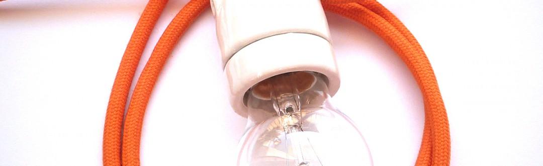 glasierte keramikfassung mit orangem stoffkabel