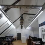Büro mit Industriedesign Lampen aus Emaille